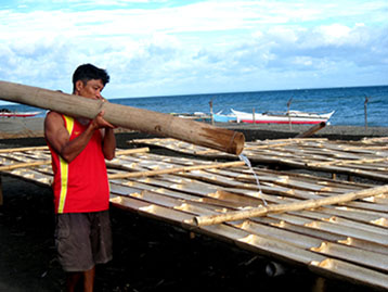 Fig. 5. Filling the bamboo with the supersaturated seawater extracted from the salted sand
